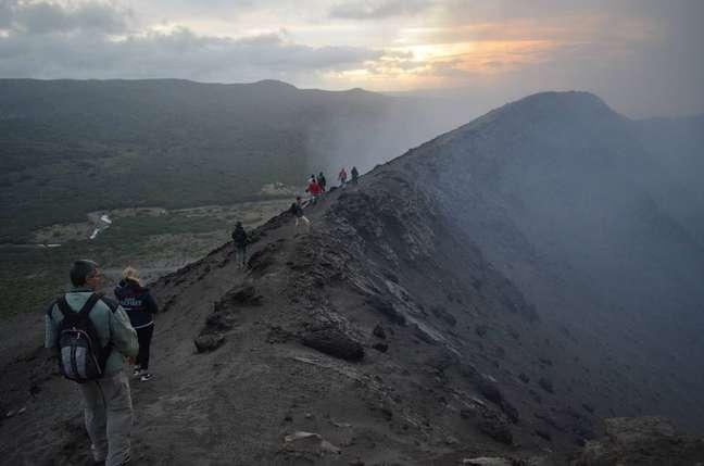 Visitantes a caminho da cratera do vulcão Yasu