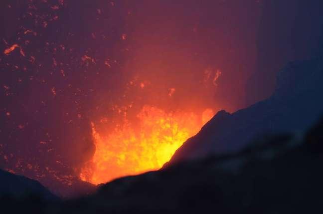 Em erupção: visitantes chegam próximos à cratera