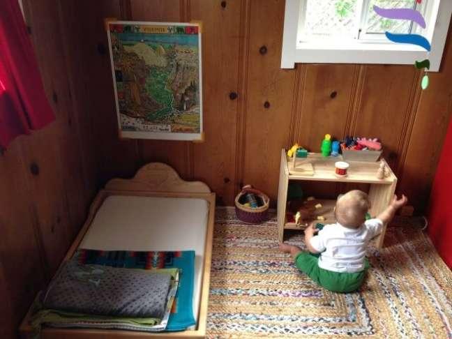76. Cama montessoriana de madeira em quarto rústico