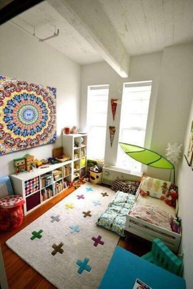 75. Quarto colorido com cama montessoriana