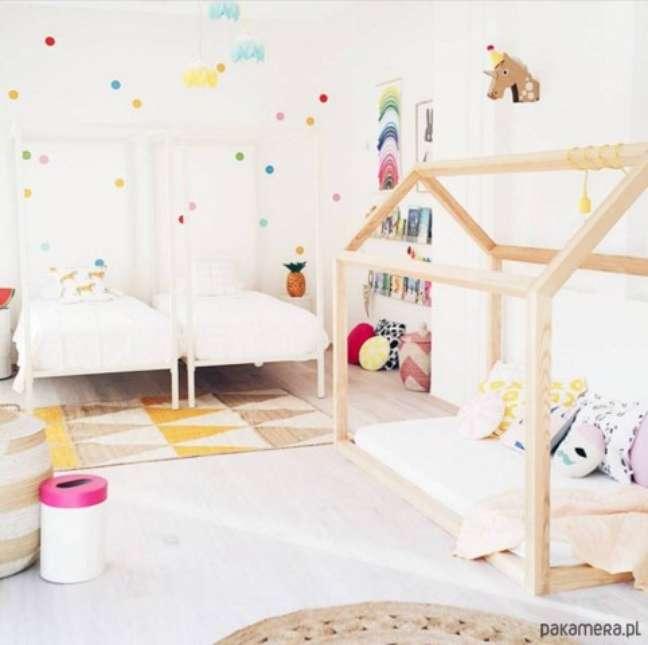 63. Quarto com cama montessoriana em quarto e mais duas camas comuns