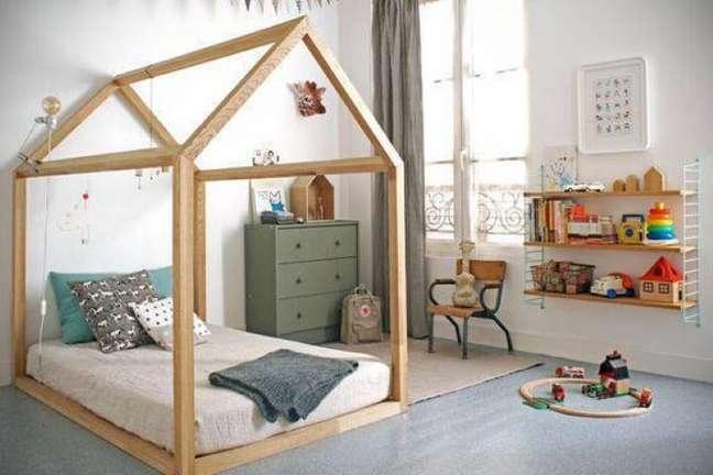 52. Com o uso de tons neutros e móveis de madeira, este quarto de menino ficou bem aconchegante