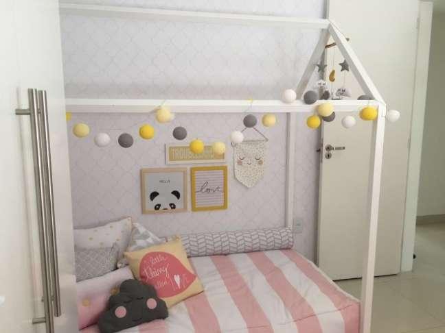 11. No projeto de Arq Express, a decoração é bem delicada, em tons claros na cama montessoriana