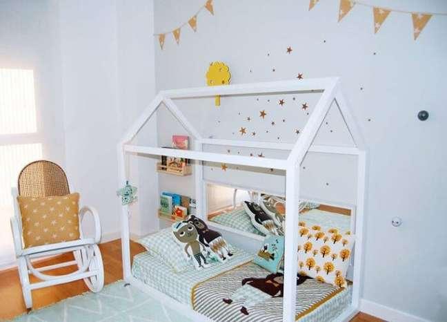 80. Cama montessoriana em quarto branco com toques amarelos