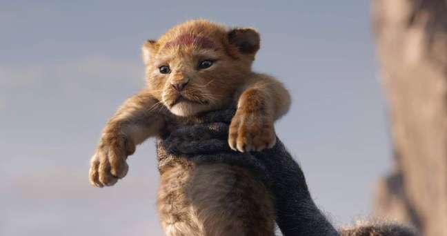 """Cena clássica de """"O Rei Leão"""", com Simba sendo erguido."""