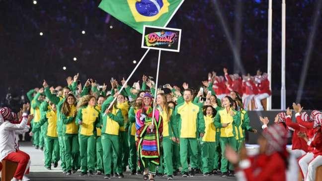 Na cerimônia de abertura, Martine e Kahena eletrizaram público e delegação brasileira com grande festa (Cris BOURONCLE / AFP)
