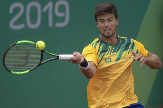 João Menezes, do Brasil, joga com argentino Facundo Bagnis, na semi final, do tênis masculino, nos Jogos Pan-americanos 2019 em Lima