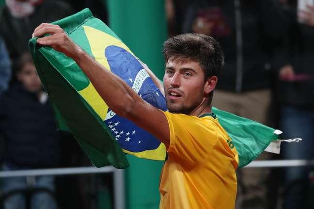 Joao Menezes celebra vitória sobre chileno Tomas Barrios