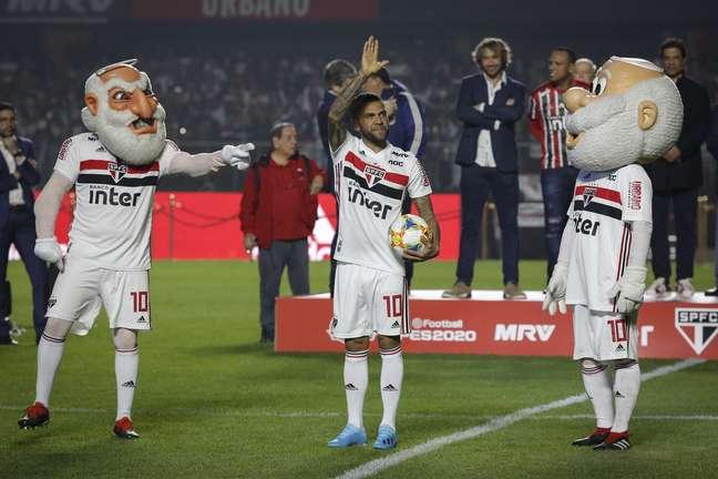 O lateral-direito Daniel Alves, novo reforço do São Paulo, é apresentado à torcida no estádio do Morumbi,