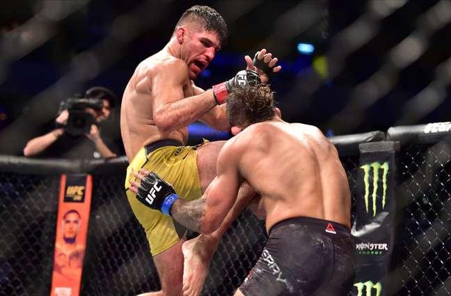 Vicente Luque dá golpe em Mike Perry durante o UFC Uruguai.