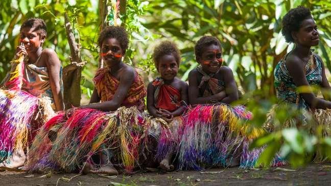 Meninas em roupas coloridas e saias de capim para dança tradicional: quando elas crescerem, poderão escolher um futuro diferente para Vanuatu