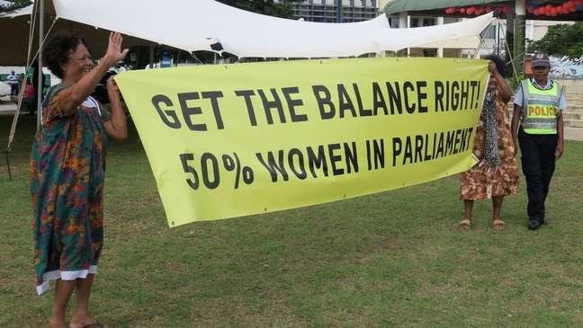 Mulheres em Vanuatu exigem representação igualitária: cartaz defende que mulheres ocupem metade das vagas no Parlamento