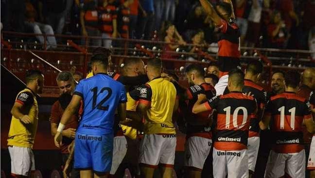 Jogadores do Atlético-GO comemoram gol na vitória sobre o Oeste
