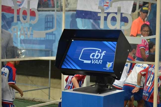 VAR (árbitro de vídeo) durante a partida entre Bahia e Fluminense
