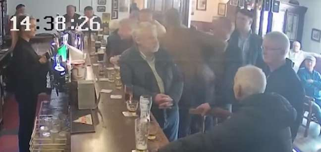 Conor McGregor agrediu idoso em bar na Irlanda, envolvendo-se em nova polêmica (Reprodução/ Youtube)