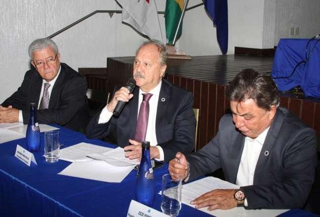 O Conselho Deliberativo do Cruzeiro, presidido por Zezé Perrela( à direita), aprovou a solicitação de Wagner Pires de Sá,presidente da Raposa, para buscar uma empréstimo para o clube- (Divulgação Cruzeiro)