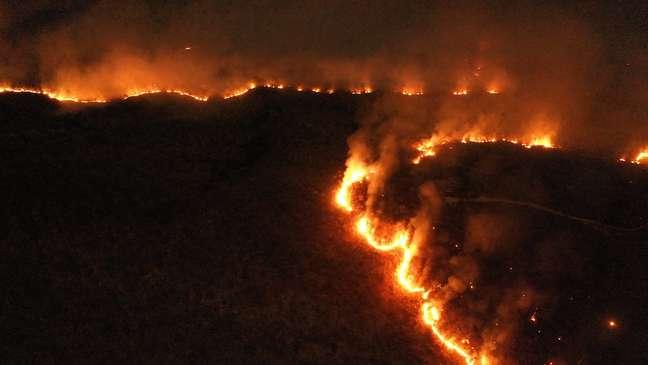 Imagem registrada no dia 17 de agosto de 2019 mostra um incêndio de grandes proporções na região de cerrado do município de Palmeirópolis, no Tocantins