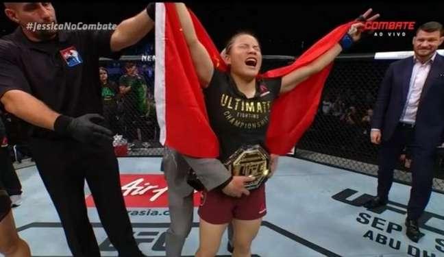 Weili Zhang superou a brasileira Bate-Estaca e se tornou campeã peso-palha do UFC (Foto: Reprodução/Combate)