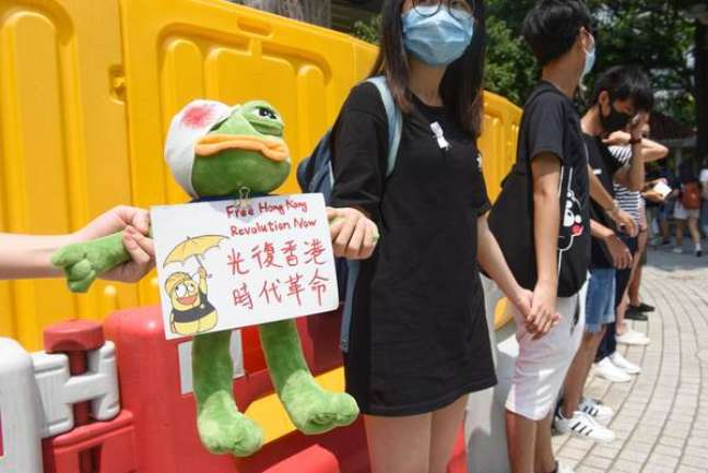 Estudantes dão as mãos e fazem corrente humana em Hong Kong