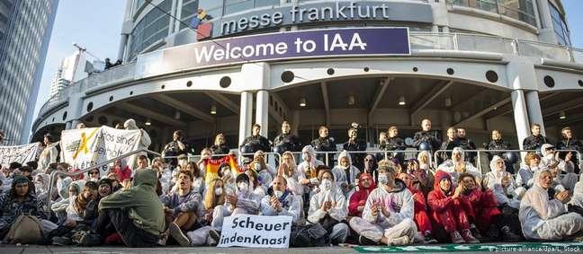 Manifestantes bloquearam entrada principal do Salão do Automóvel de Frankfurt