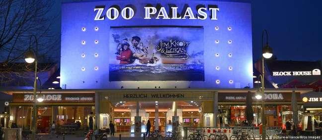 Até hoje os cartazes externos do Zoo Palast são pintados à mão