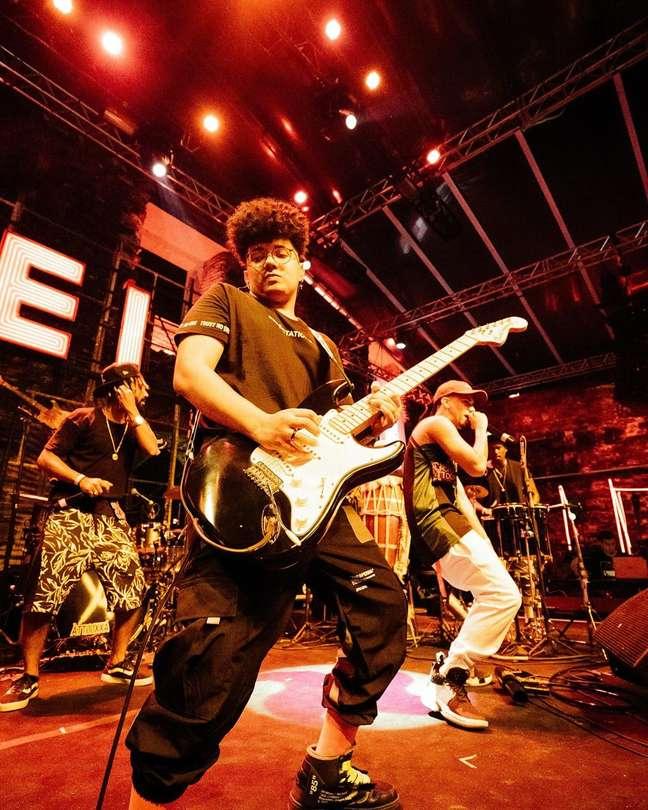 Em show de Àttooxxá, Chibatinha faz solo de guitarra.