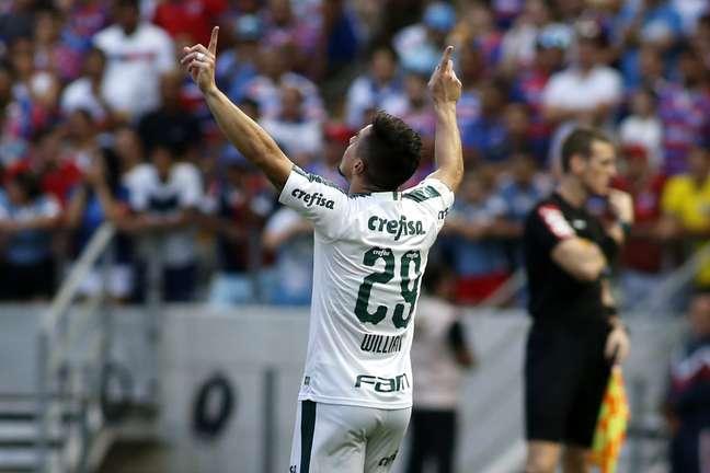 Willian, do Palmeiras, comemora o seu gol em partida contra o Fortaleza