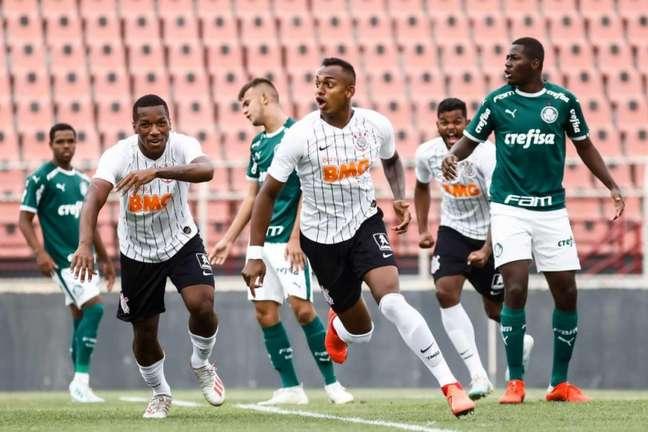 O zagueiro Raul Gustavo marcou de cabeça e deu a vitória ao Corinthians (Rodrigo Gazzanel/Agência Corinthians)
