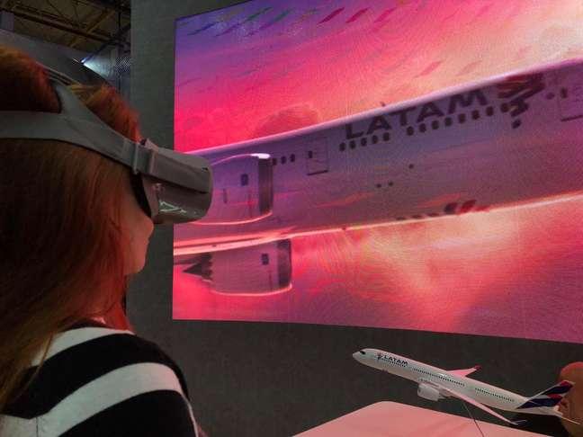 Latam apresentou mudanças em suas aeronaves com óculos de realidade virtual.