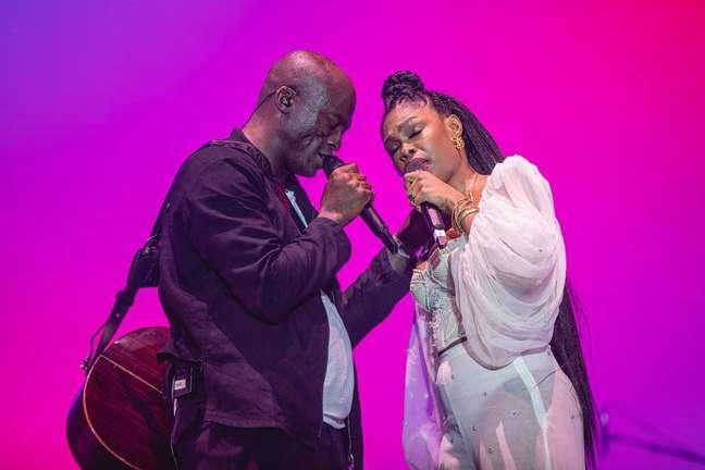 A cantora Xênia França durante apresentação com o cantor inglês Seal