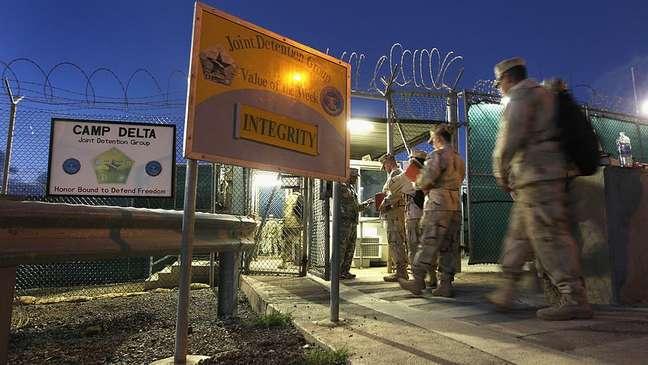 O pessoal que trabalha na prisão é transportado para o local geralmente por ar