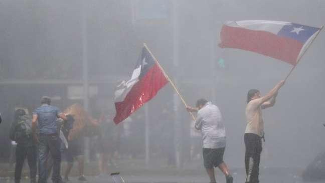 Manifestantes nas ruas de Santiago nesta quarta-feira, sexto dia consecutivo de protestos no país