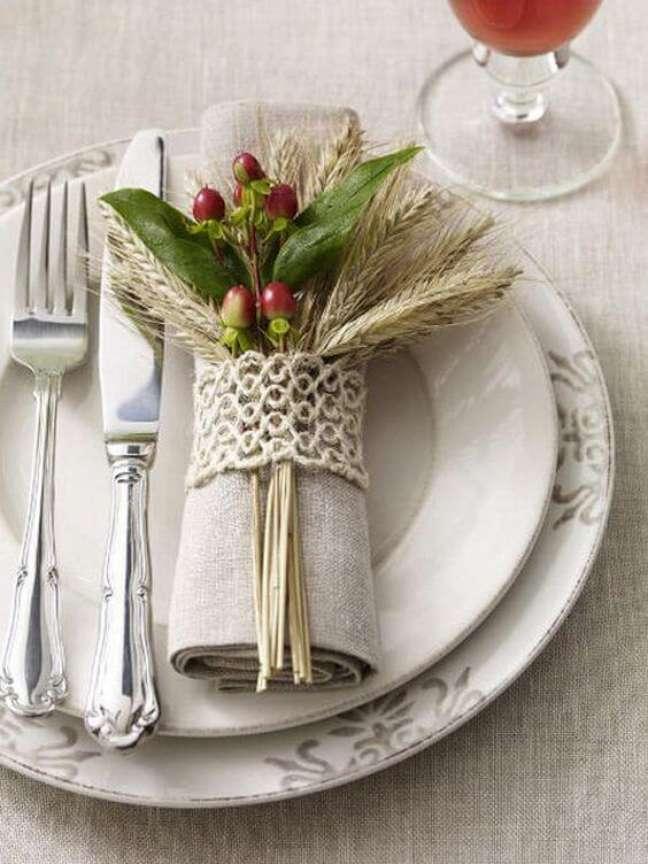 6. Anel para guardanapo de tecido com frutas artificiais na decoração – Por: Pinterest