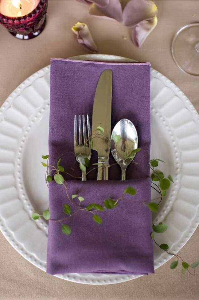 5. Guardanapo de tecido para colocar talheres e o menu da festa – Por: Atelie Gaya