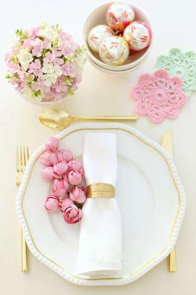 32. Guardanapo de tecido simples e lindo com flores rosa na mesa – Por: Casamenteiras