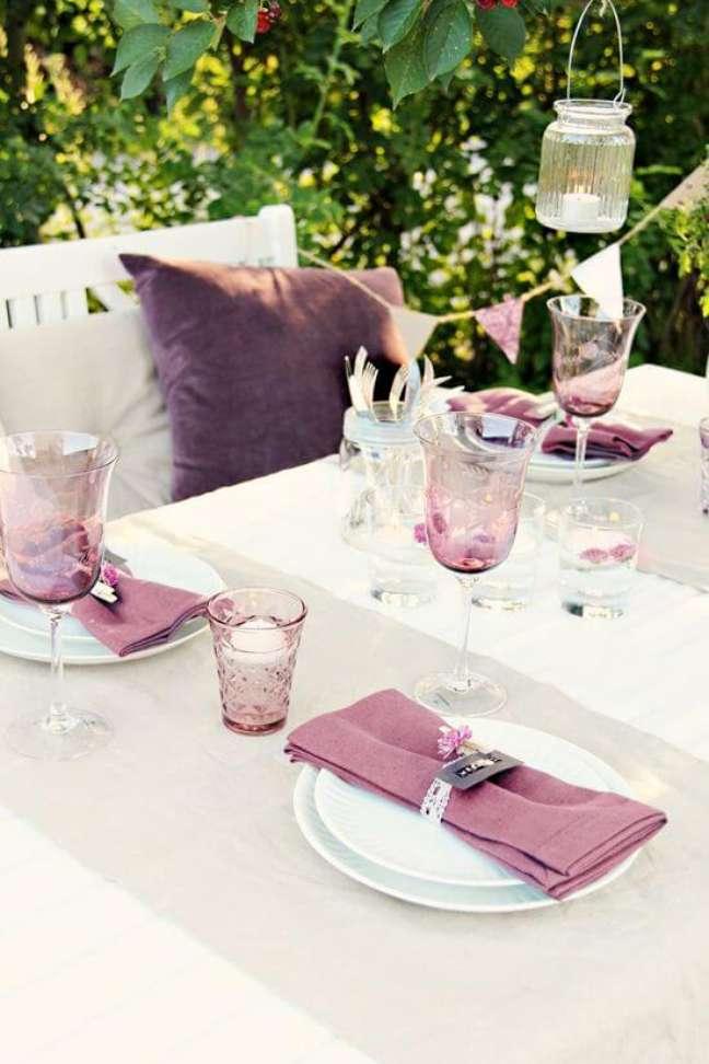 35. Mesa de festa com guardanapo de tecido roxo – Por: Colocando a mesa com charme