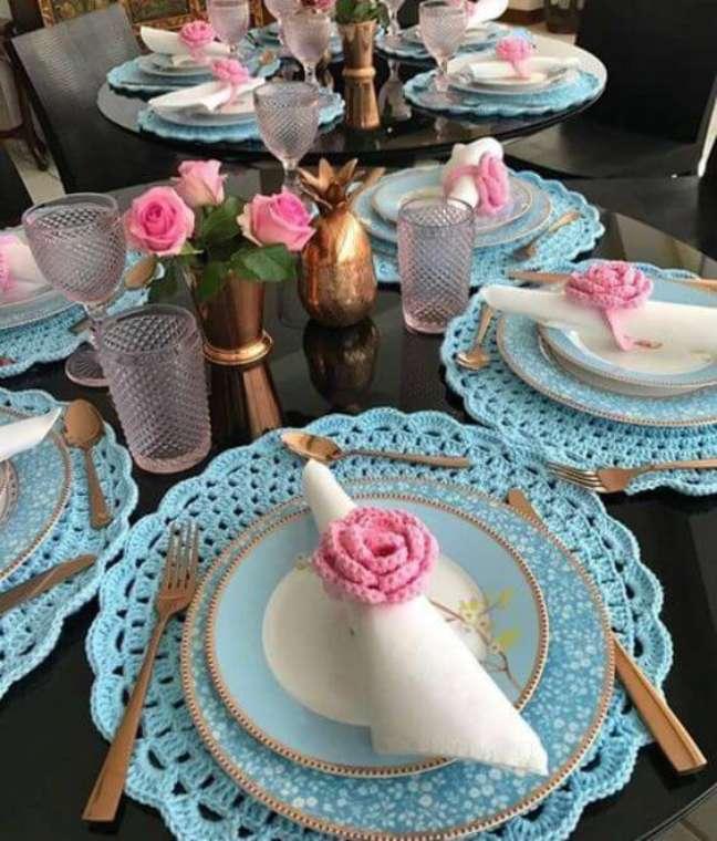 36. Guardanapo com sousplat de crochê decorando a mesa posta – Revista Artesanato