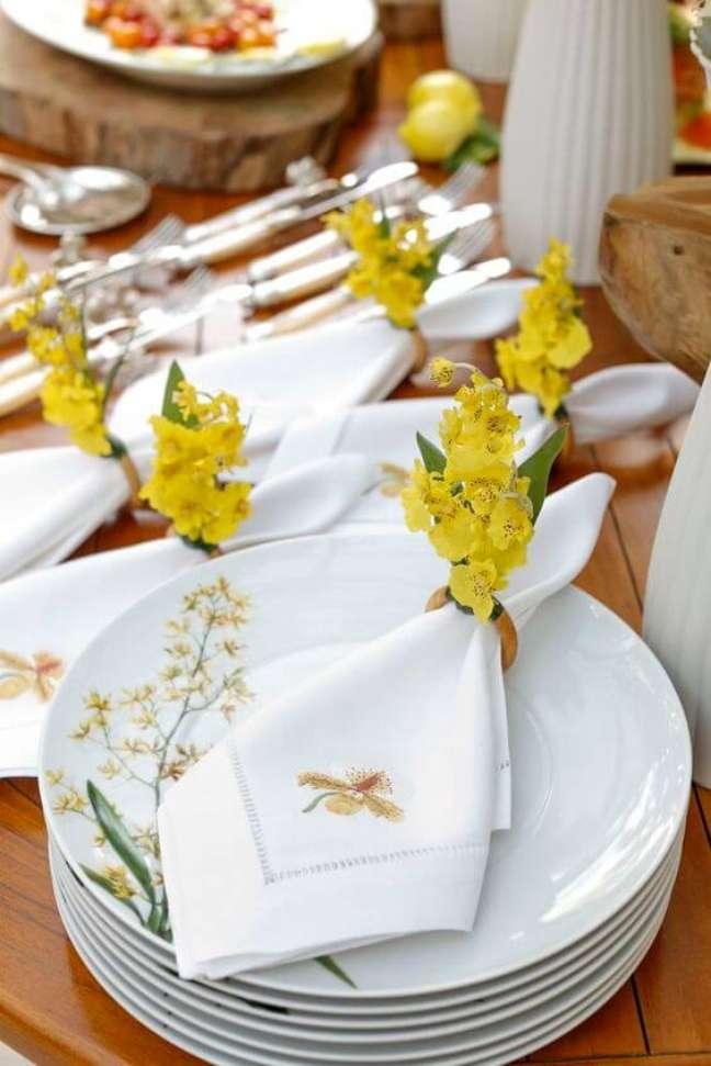 1. Guardanapo de tecido branco e bordado com flores amarelas no anel – Por: Vamos Receber
