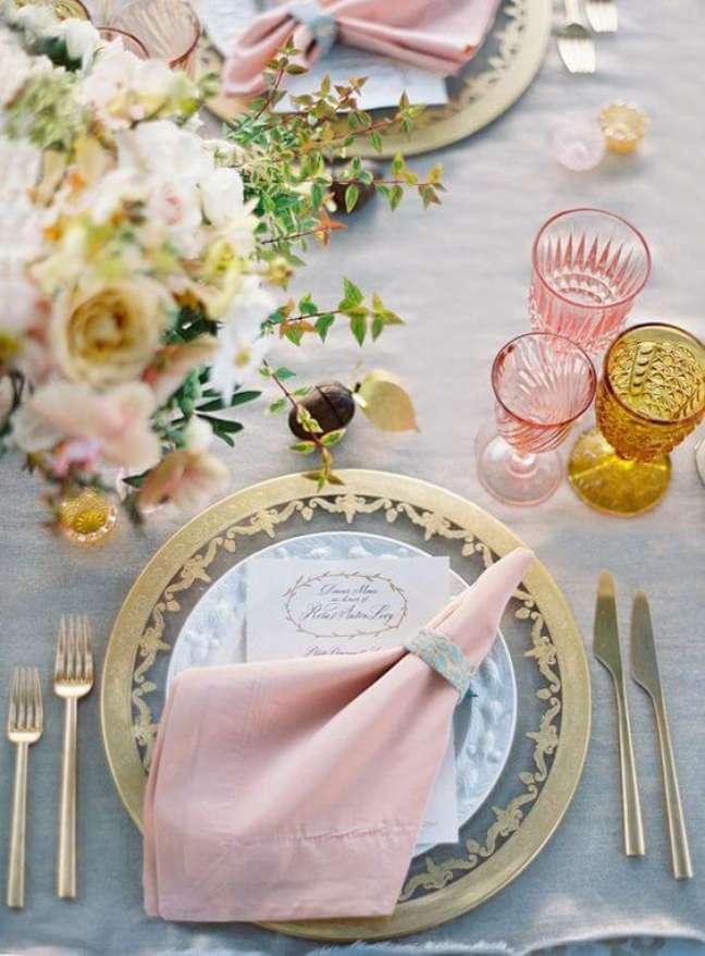 51. Decoração de festa de casamento com guardanapo de tecido simples – Por: Pinterest