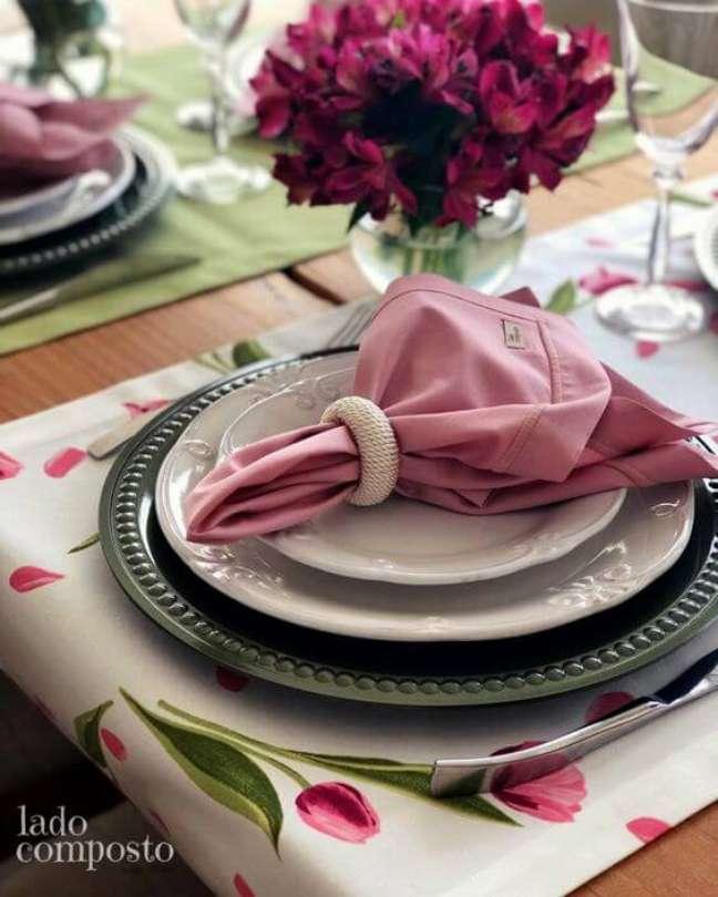 9. Anel para guardanapo de tecido rosa feito de pérolas – Por: Lado Composto