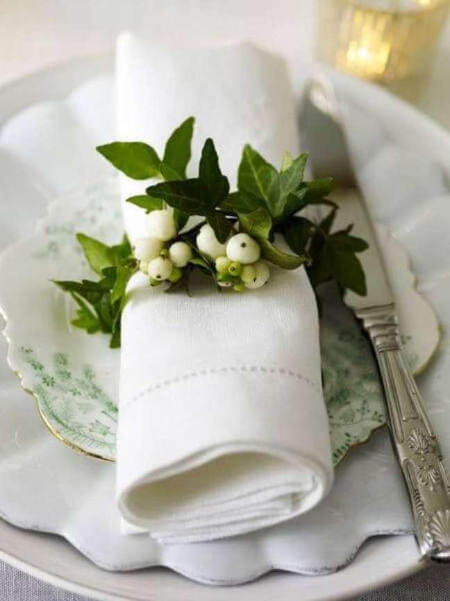12. Guardanapo de tecido branco com anel de plantas – Por: Tumblr