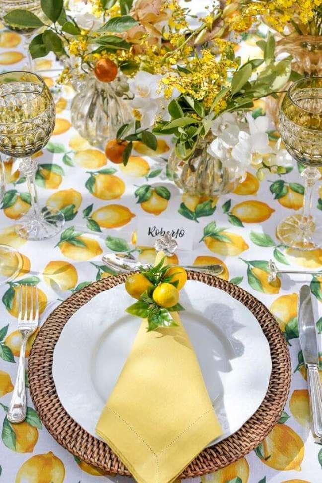 8. Guardanapo de tecido para festa tropical decorada com limão siciliano – Por: Vamos Receber!