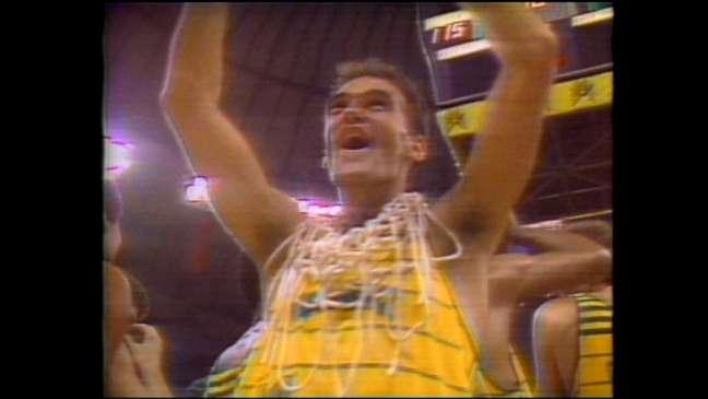 Além de chorar muito, Oscar arrancou a rede da cesta e pendurou no seu pescoço para comemorar