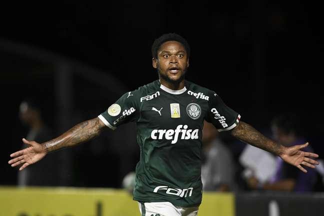 Luiz Adriano marcou o gol da vitória palmeirense.
