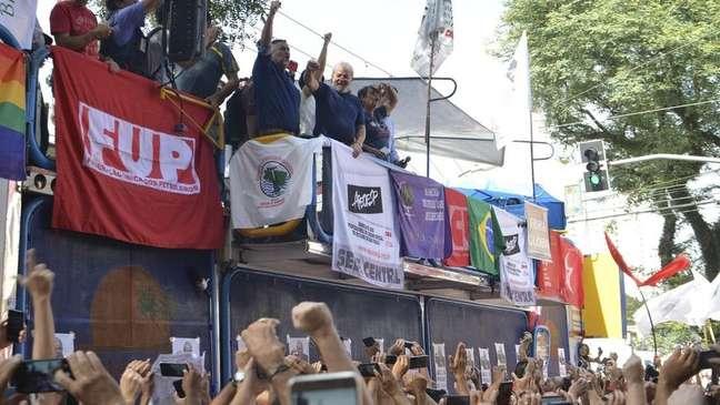 No Sindicato dos Metalúrgicos no dia 8 de abril, antes de se entregar à PF, Lula participou de ato em homenagem à esposa Marisa Letícia, falecida