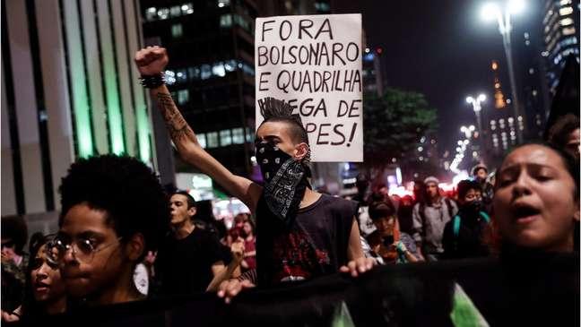 Em foto de maio, estudantes aparecem em manifestação contra cortes na educação