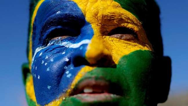 Homem com rosto pintado durante manifestação a favor da operação Lava-Jato e do ministro Sergio Moro em junho