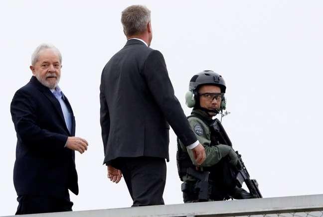 Lula quando deixou a sede da PF em Curitiba para participar do velório do neto Arthur; foi a segunda vez que ele deixou a carceragem desde sua prisão