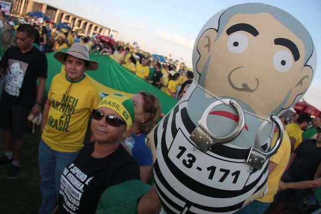 Integrantes de vários movimentos se manifestam em frente ao Congresso Nacional, em Brasília.