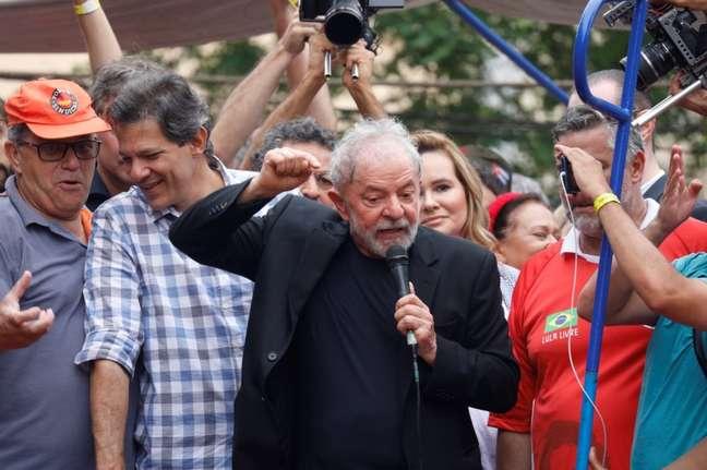 Lula discursa um dia após sair da prisão.